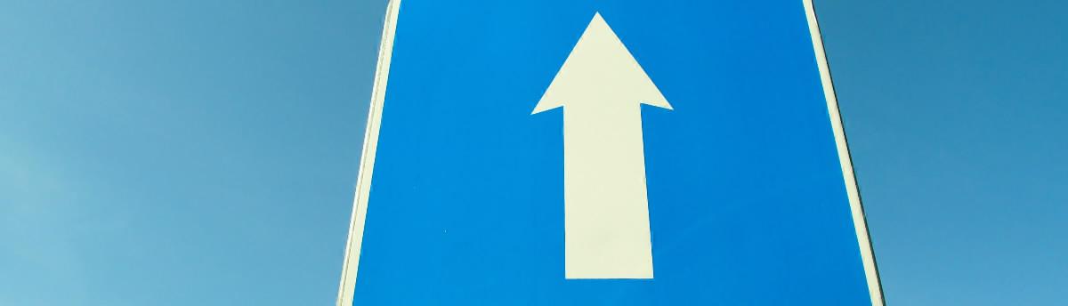Šípka zo značky prikázaný smer jazdy - jedmosmerná premávka v cenách energií.