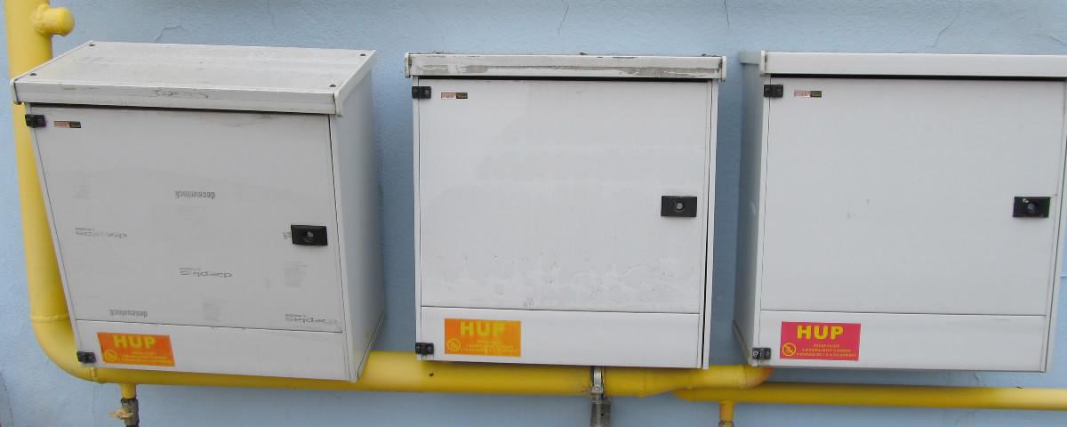 Tri meradlá odberu zemného plynu sú zavesené na stene vedľa seba.
