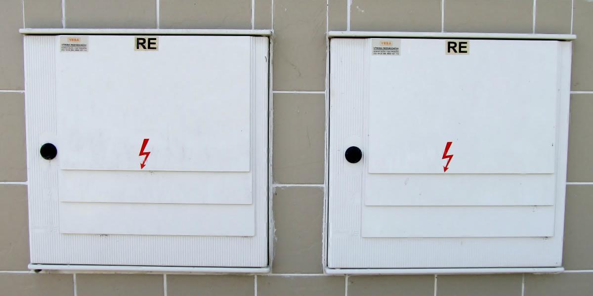 Dve zamurované skrinky s elektromermi.
