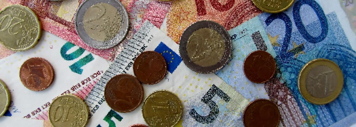 Euro centy a papierové euro bankovky v retro úprave