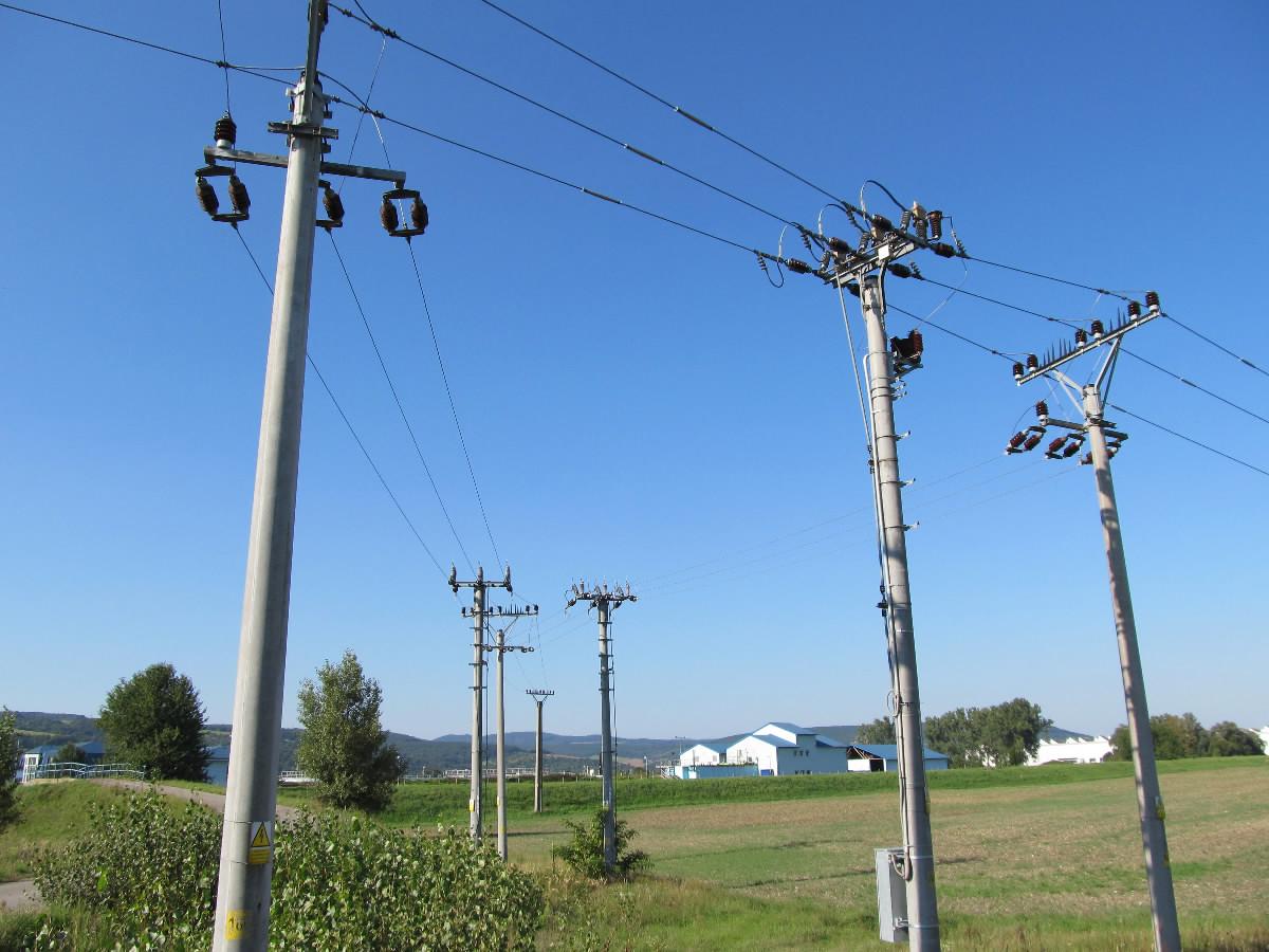 Elektricke vedenie so stlpmi, po ktorom je elektricka energia distribuovana do domacnosti a do podnikov a firiem.
